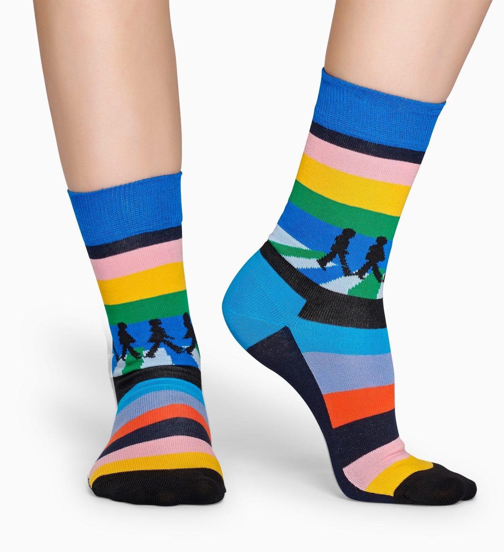 Mit den Beatles Legend Crossing Socken zeigst du, dass dein Herz für das legendäre Quartett schlägt. Der exklusive Style ist eine farbenprächtige Hommag…