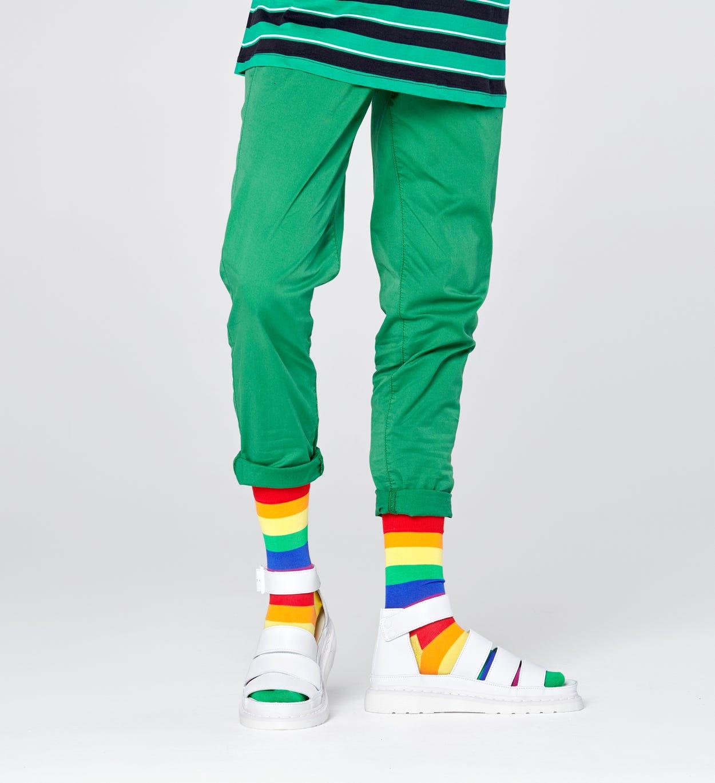Coole Socken mit Streifen in Regenbogenfarben als Symbol für Gay Pride. Für fröhliche Damen und Herren bei Happy Socks.